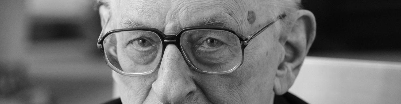 """Komitet Społeczny """"Warto Być Przyzwoitym"""". Budowa ławeczki z postacią Władysława Bartoszewskiego na Jasnych Błoniach w Szczecinie"""